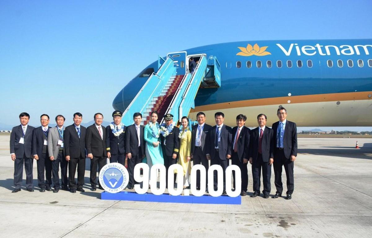 Tổng công ty Quản lý bay Việt Nam chào đón chuyến bay điều hành thứ 900.000 trong năm 2019. (Ảnh: Việt Hùng/Vietnam+)