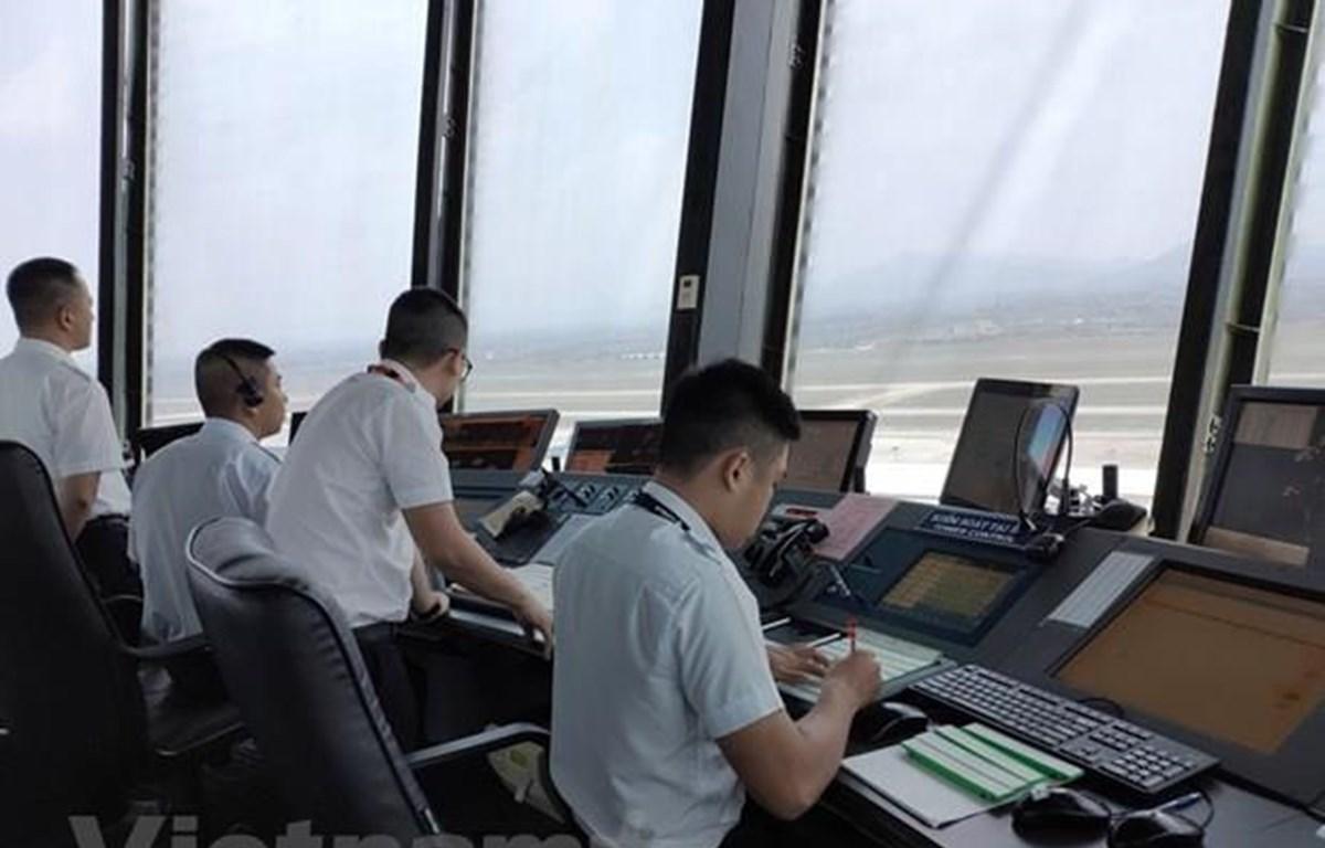 Nhân viên Kiểm soát viên không lưu tại Đài Kiểm soát không lưu Nội Bài điều hành các chuyến bay đi, đến. (Ảnh: Việt Hùng/Vietnam+)