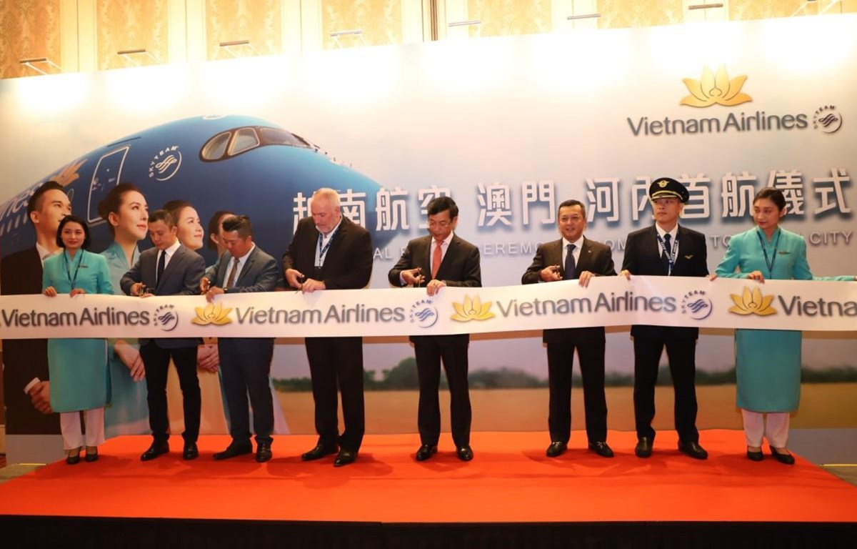 Các đại biểu cắt băng khai trương đường bay từ Hà Nội và Macau. (Ảnh: CTV/Vietnam+)