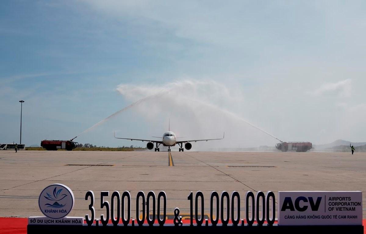 Chuyến bay VJ837 chào đón vị khách thứ 10 triệu và khách du lịch quốc tế thứ 3,5 triệu qua Cảng Hàng không Quốc tế Cam Ranh năm 2019. (Ảnh: CTV/Vietnam+)