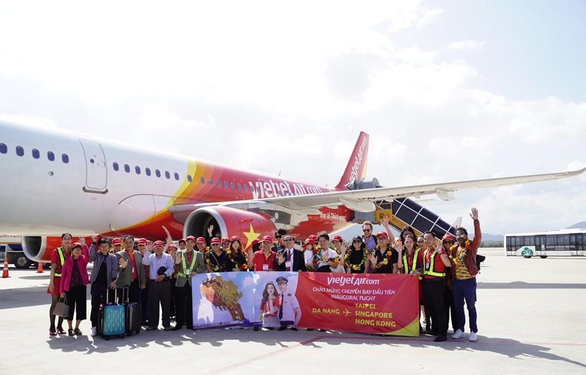 Những hành khách trên đường bay quốc tế đến thành phố Đà Nẵng của hãng hàng không Vietjet. (Ảnh: CTV/Vietnam+)