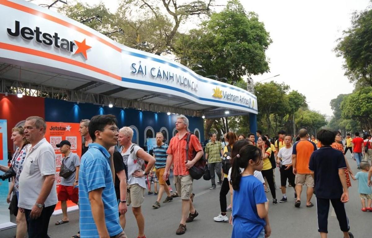 Vietnam Airlines và Jetstar Pacific giới thiệu hàng nghìn vé máy bay đi nội địa, quốc tế giá hấp dẫn tại sự kiện Vietnam Airlines Festa. (Ảnh: CTV/Vietnam+)
