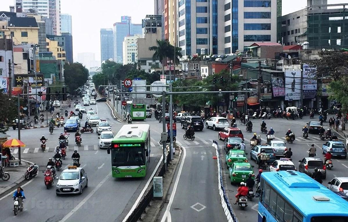 Cùng với hạn chế xe cá nhân, Hà Nội cần đầu tư nhiều vào hạ tầng xe buýt như làn đường dành riêng, nhà chờ... mới thúc đẩy người dân sử dụng vận tải công cộng. (Ảnh: Huy Hùng/Vietnam+)