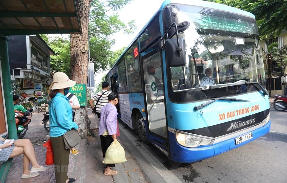 Hành khách mua vé tháng xe buýt có thể không cần dùng tiền mặt. (Ảnh: Huy Hùng/Vietnam+)