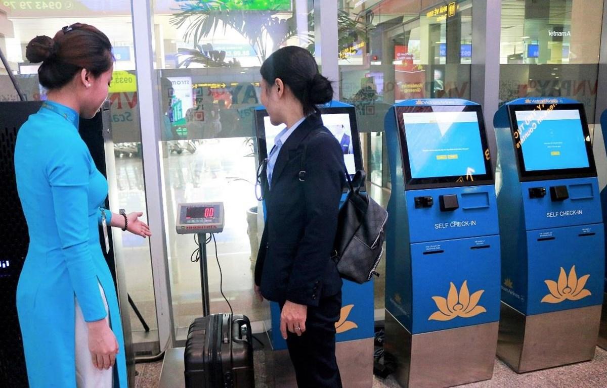 Hành khách có thể tự làm thủ tục hành lý tại quầy kiosk ở sân bay. (Ảnh: CTV/Vietnam+)