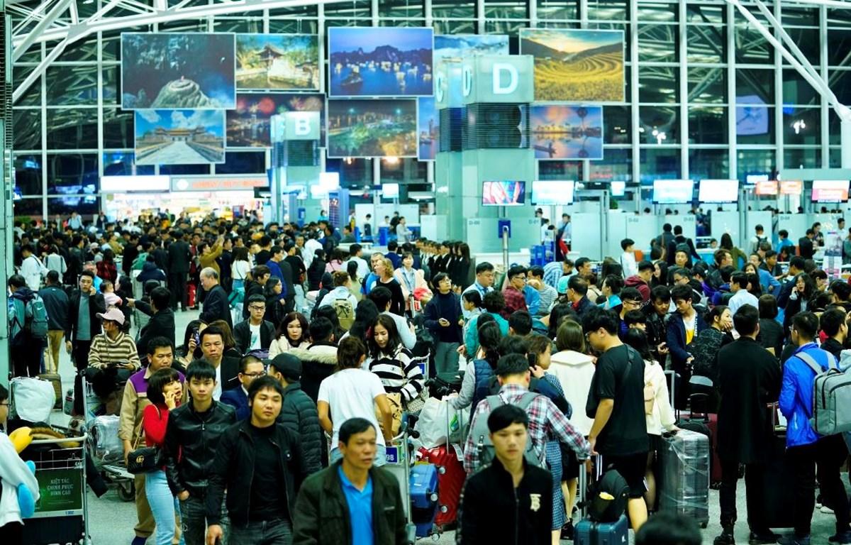Hành khách làm thủ tục chuyến bay tại Cảng hàng không quốc tế Nội Bài. (Ảnh: CTV/Vietnam+)