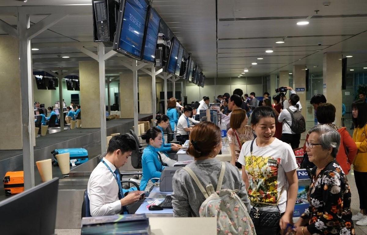 Hành khách làm thủ tục hàng không để lên chuyến bay. (Ảnh: CTV/Vietnam+)