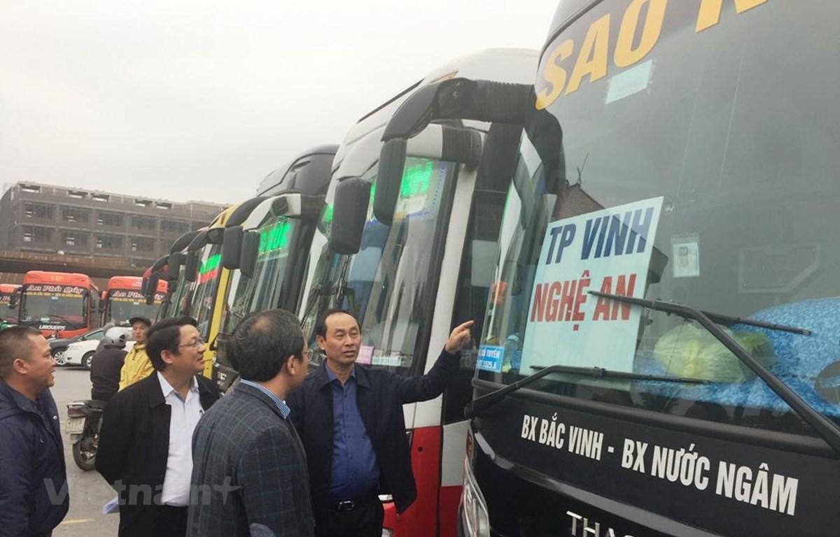 Thứ trưởng Bộ Giao thông Vận tải Lê Đình Thọ kiểm tra phương tiện và chủ xe vận tải về việc vận chuyển người dân về quê đón Tết Nguyên Đán Canh Tý 2020. (Ảnh: Việt Hùng/Vietnam+)
