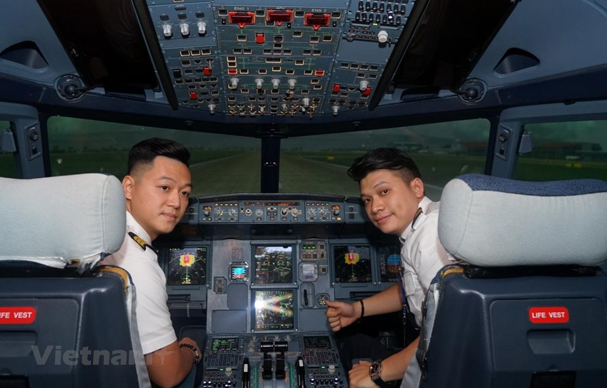 Những phi công trẻ của Vietnam Airlines vẫn miệt mài bay dịp Tết Canh Tý để đưa hành khách về quê sum vầy bên gia đình. (Ảnh: CTV/Vietnam+)