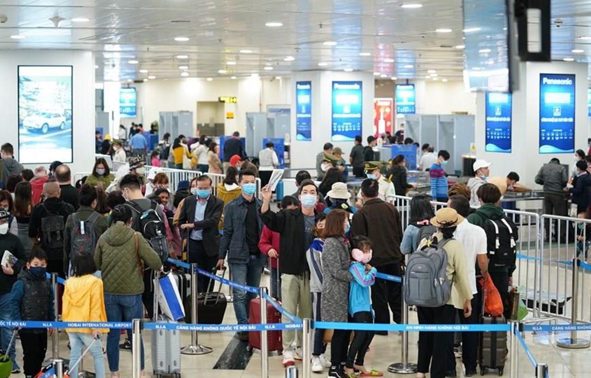 Hành khách đeo khẩu trang tại sân bay Nội Bài. (Ảnh: Phan Công/Vietnam+)