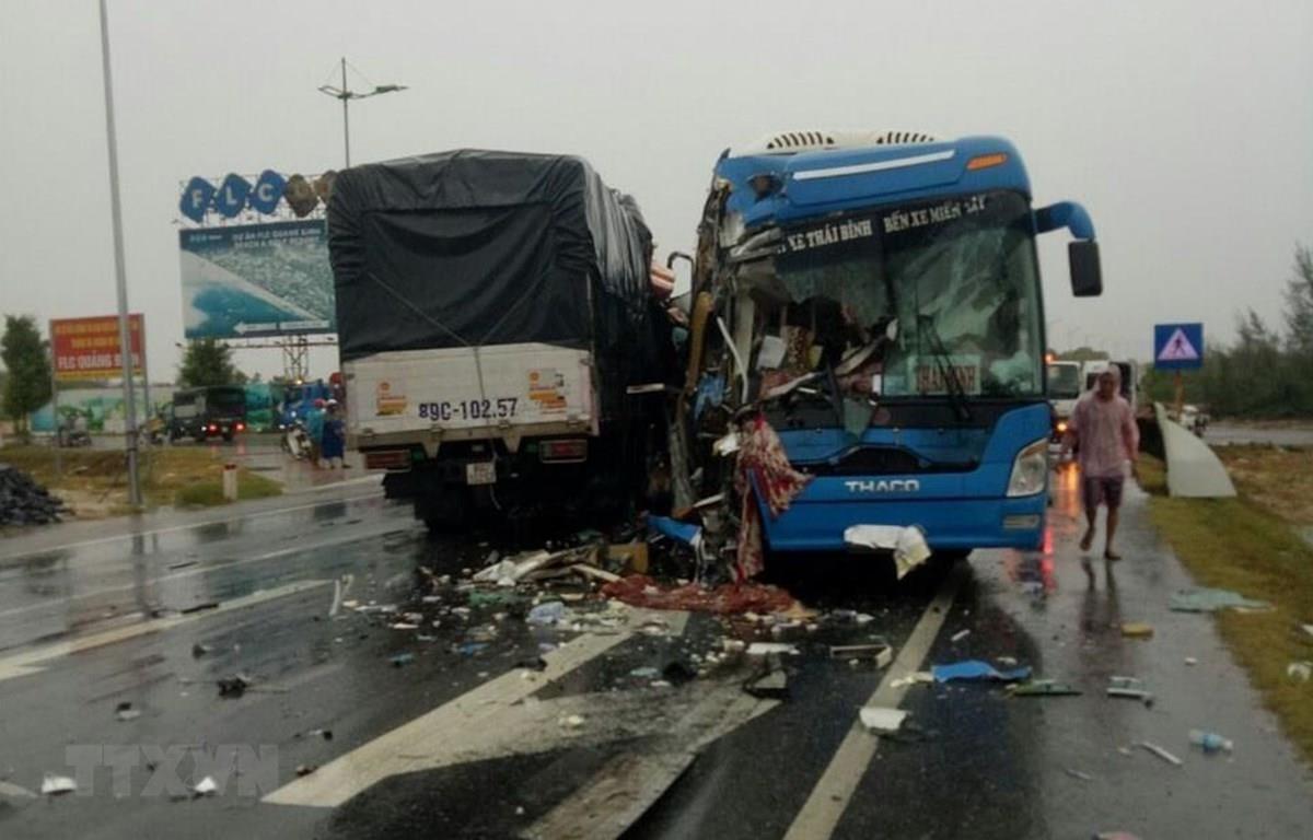 Hiện trường một vụ tai nạn giao thông nghiêm trọng giữa hai phương tiện trên tuyến đường Quốc lộ. (Ảnh: Đức Thọ/TTXVN)