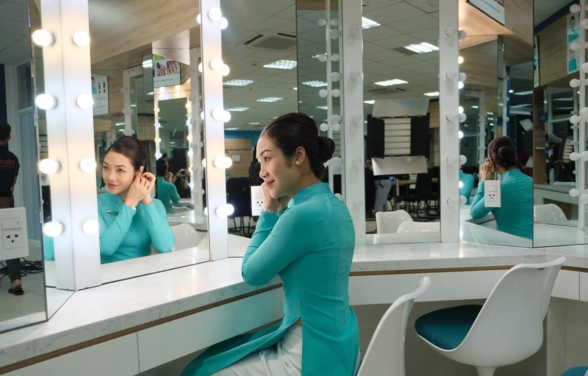 Nữ tiếp viên hàng không Huỳnh Ngọc Mai, Đoàn tiếp viên Vietnam Airlines vẫn giữ được sự tươi trẻ và phong thái tự tin. (Ảnh: CTV/Vietnam+)