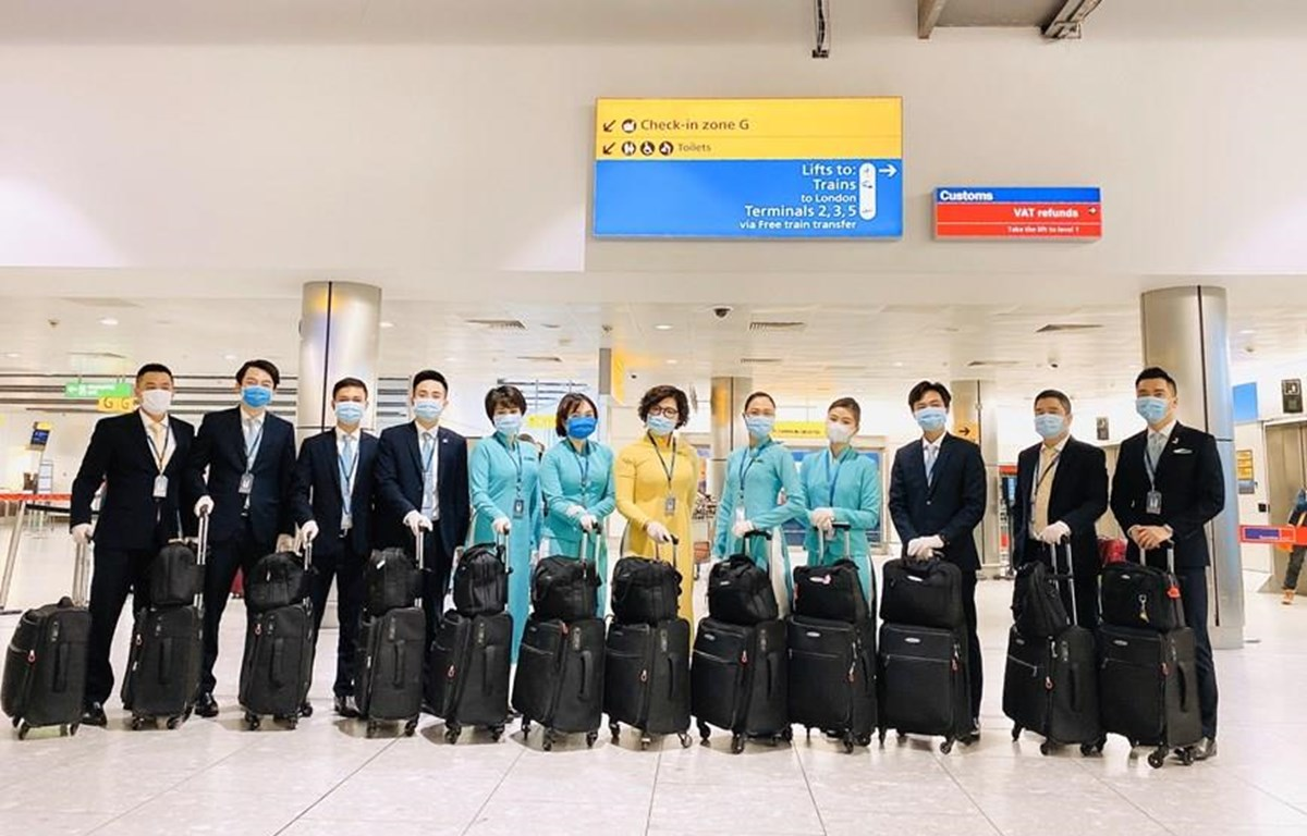 Tổ bay chuẩn bị lên đường phục vụ chuyến bay từ châu Âu về Việt Nam. (Ảnh: VNA cung cấp)