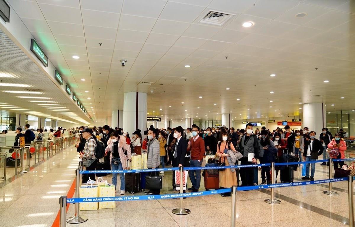Hành khách làm thủ tục nhập cảnh tại sân bay Nội Bài. Ảnh: Phan Công/Vietnam+