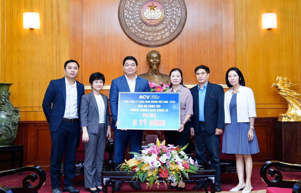Lãnh đạo Tổng công ty Cảng hàng không Việt Nam trao tặng Ủy ban Mặt trận Tổ quốc Việt Nam phần quà trị giá 3 tỷ đồng phục vụ công tác phòng chống dịch COVID-19. (Ảnh: CTV/Vietnam+)