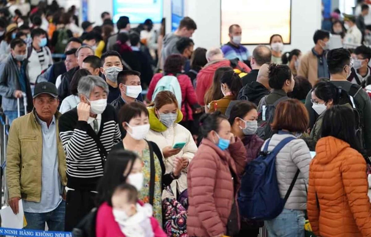 Hành khách làm thủ tục chuyến bay tại Cảng hàng không quốc tế Nội Bài. Ảnh: CTV/Vietnam+