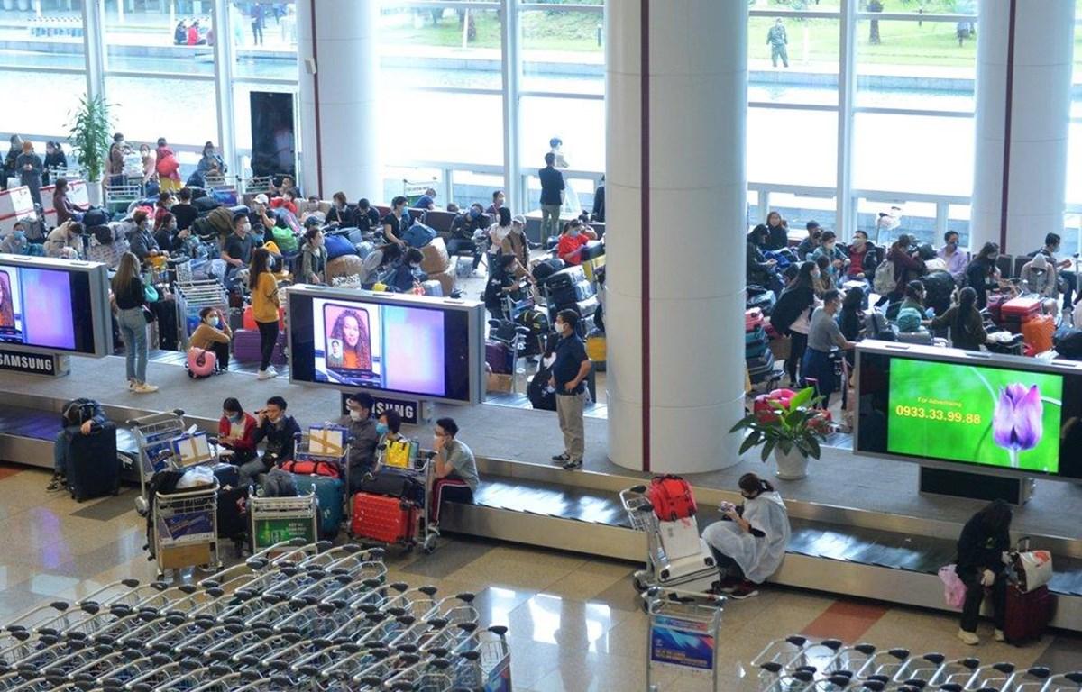 Hành khách tại sân bay quốc tế Nội Bài. (Ảnh: Hoàng Anh/Vietnam+)