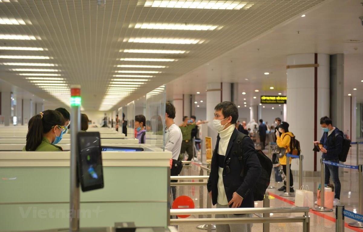 Hành khách làm thủ tục nhập cảnh tại sân bay Nội Bài. (Ảnh: Hoàng Anh/Vietnam+)