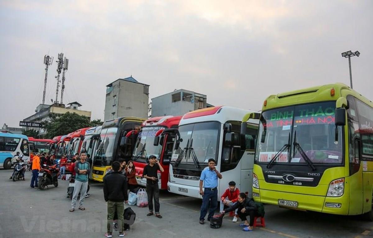Các đơn vị vận tải hoạt động tại bến xe đã cắt giảm tần suất hoạt động do vắng khách vì dịch COVID-19. (Ảnh: Minh Sơn/Vietnam+)