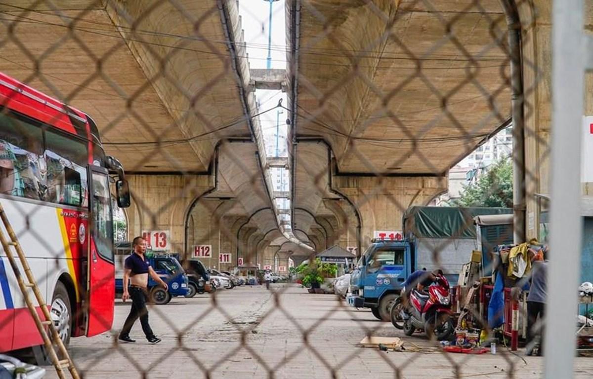 Điểm trông giữ xe ôtô dưới gầm cầu Vĩnh Tuy. (Ảnh: Minh Hiếu/Vietnam+)