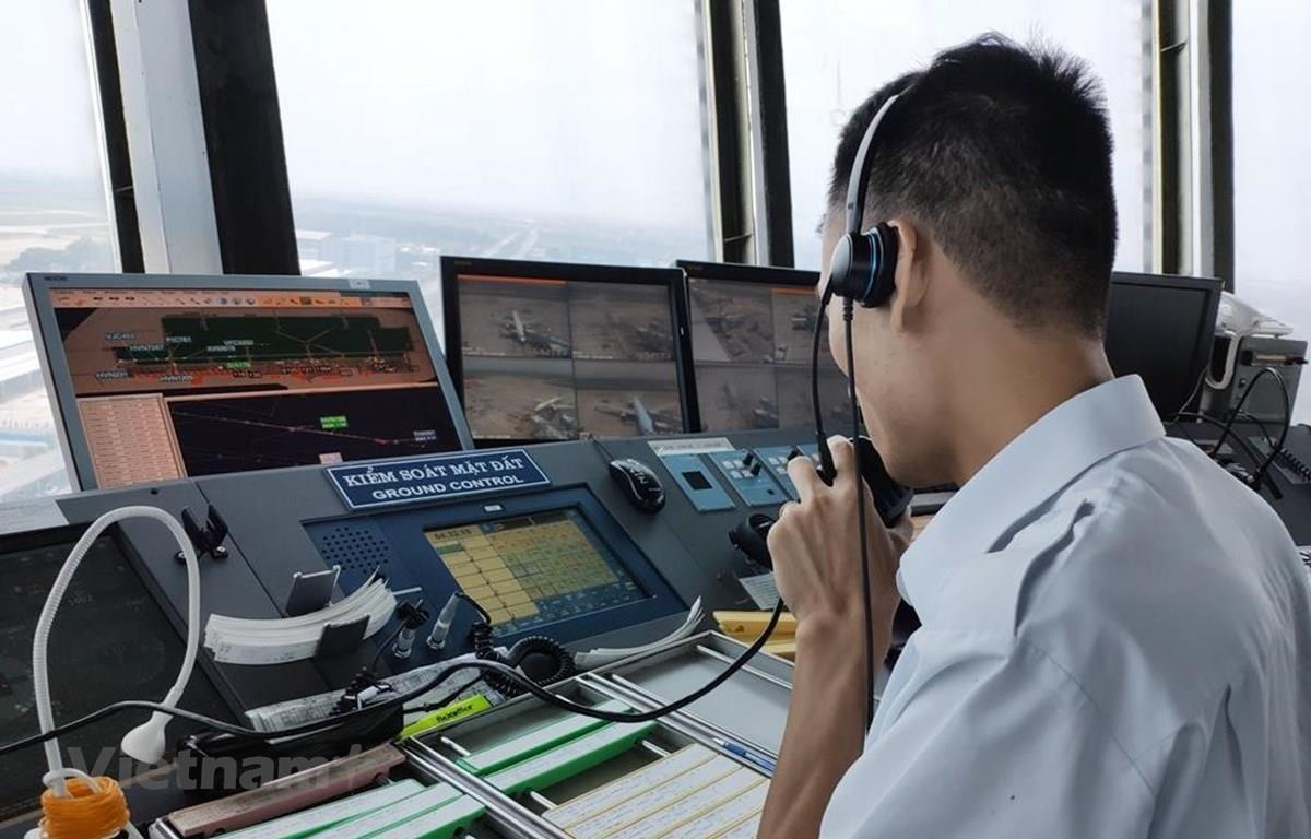 Kiểm soát viên không lưu được cách ly hoàn toàn với bên ngoài nhằm phòng chống dịch COVID-19 để đảm bảo cho những chuyến bay an toàn. (Ảnh: Việt Hùng/Vietnam+)