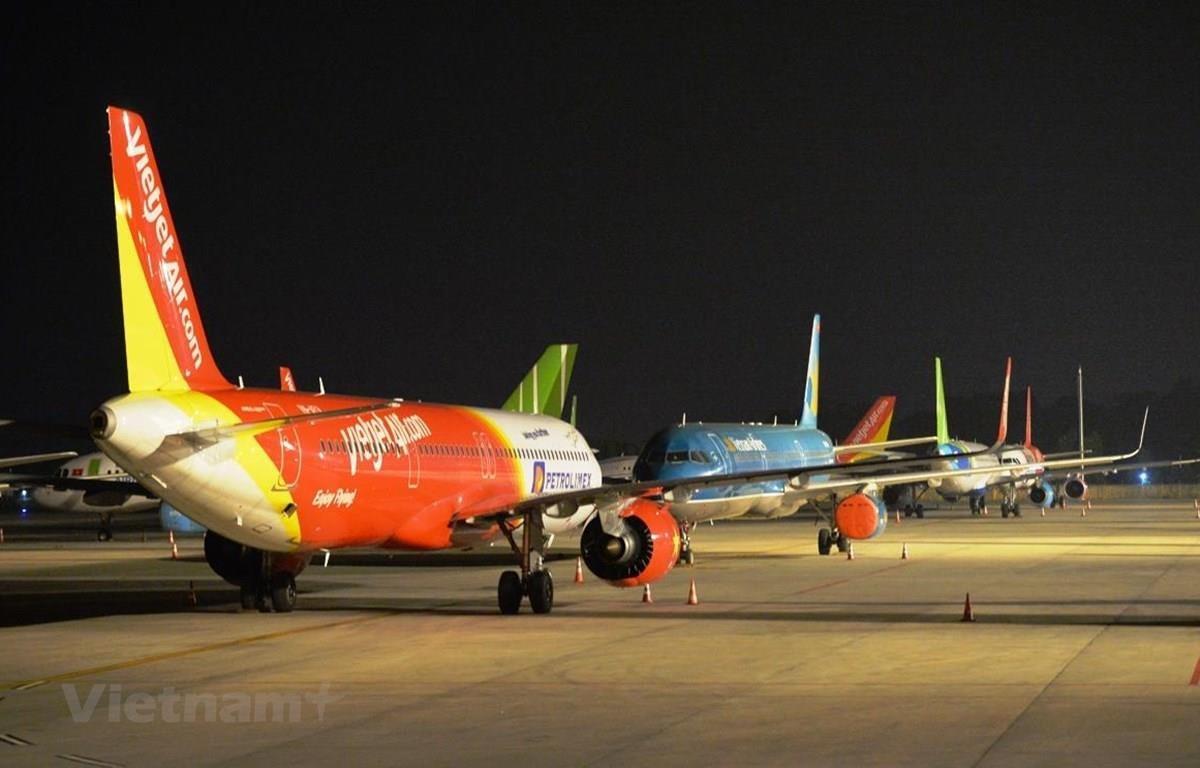 Máy bay xếp hàng dài đắp chiếu tại sân bay Nội Bài. (Ảnh: Hoàng Anh/Vietnam+)