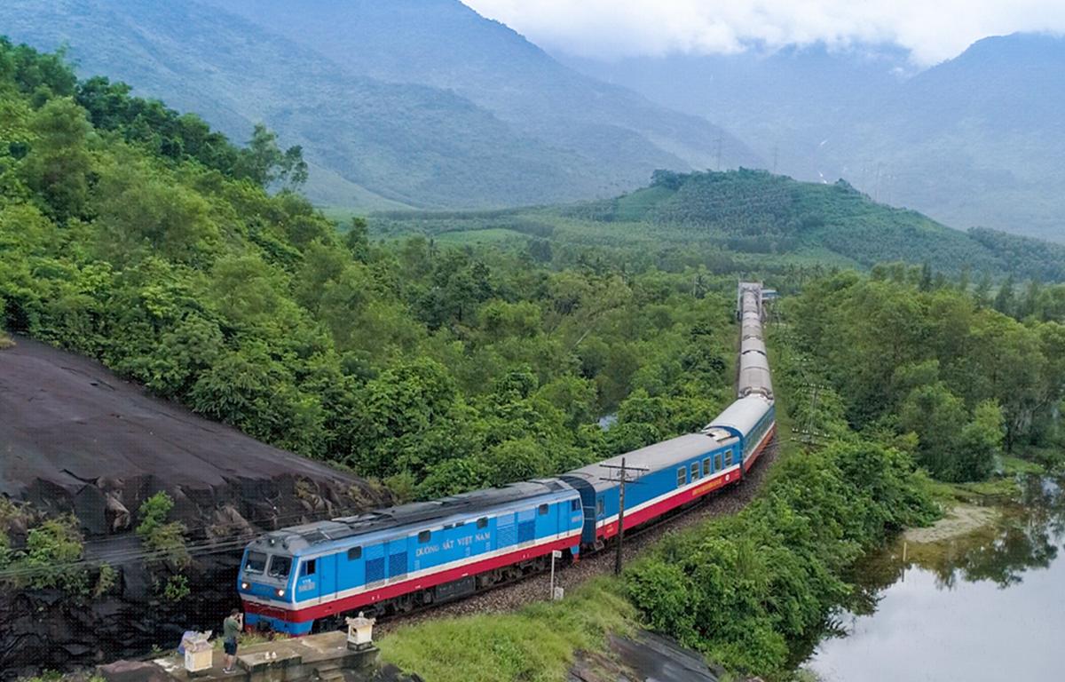 Ngành đường sắt sẽ chạy 3 đôi tàu mỗi ngày trên tuyến Bắc-Nam sau khi được nới lỏng giãn cách xã hội. (Ảnh: Minh Sơn/Vietnam+)