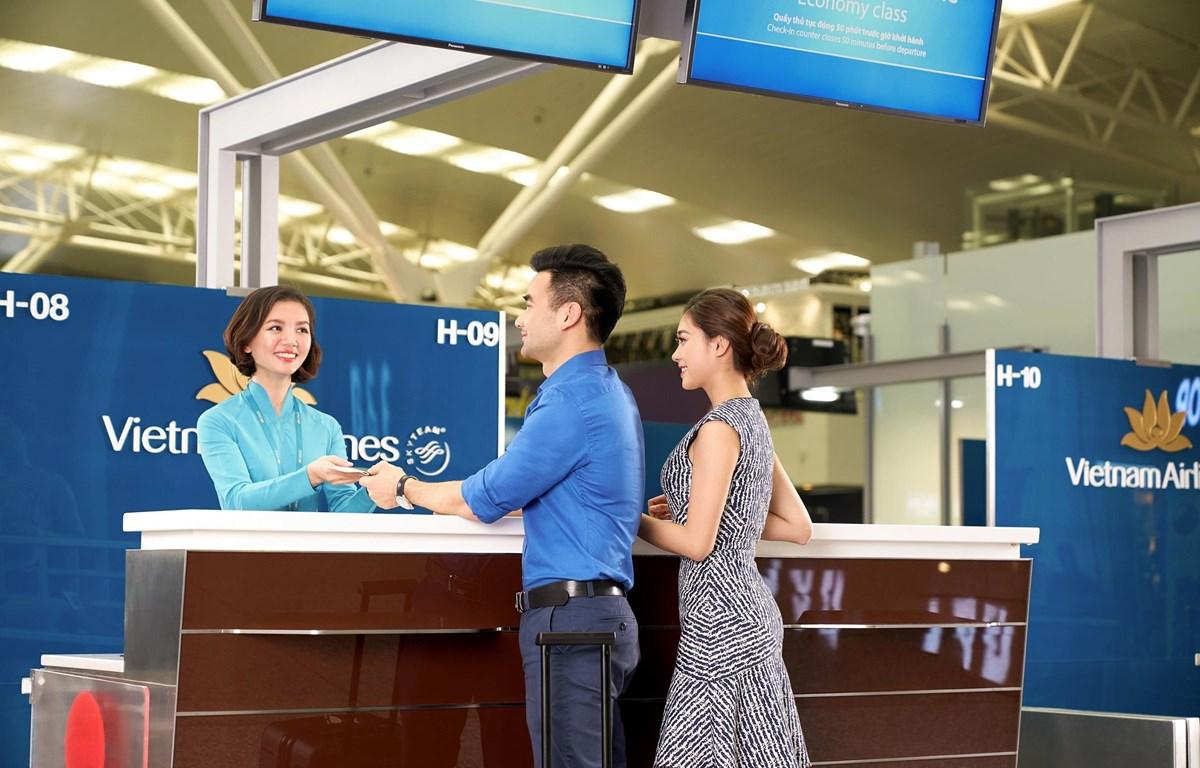 Hành khách làm thủ tục khi mua vé máy bay không hành lý ký của Vietnam Airlines. (Ảnh: CTV/Vietnam+)