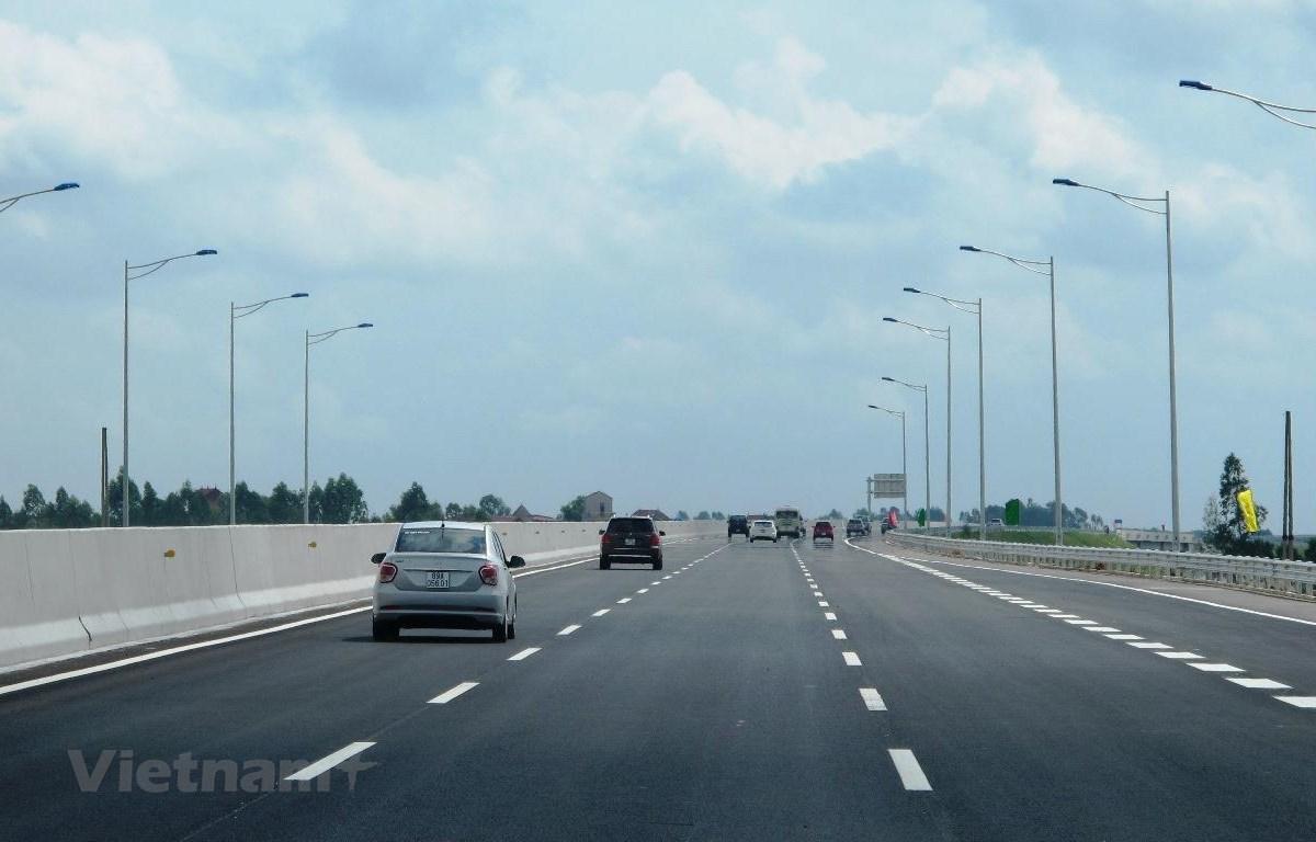 Phương tiện lưu thông trên một đoạn tuyến cao tốc. (Ảnh: Việt Hùng/Vietnam+)