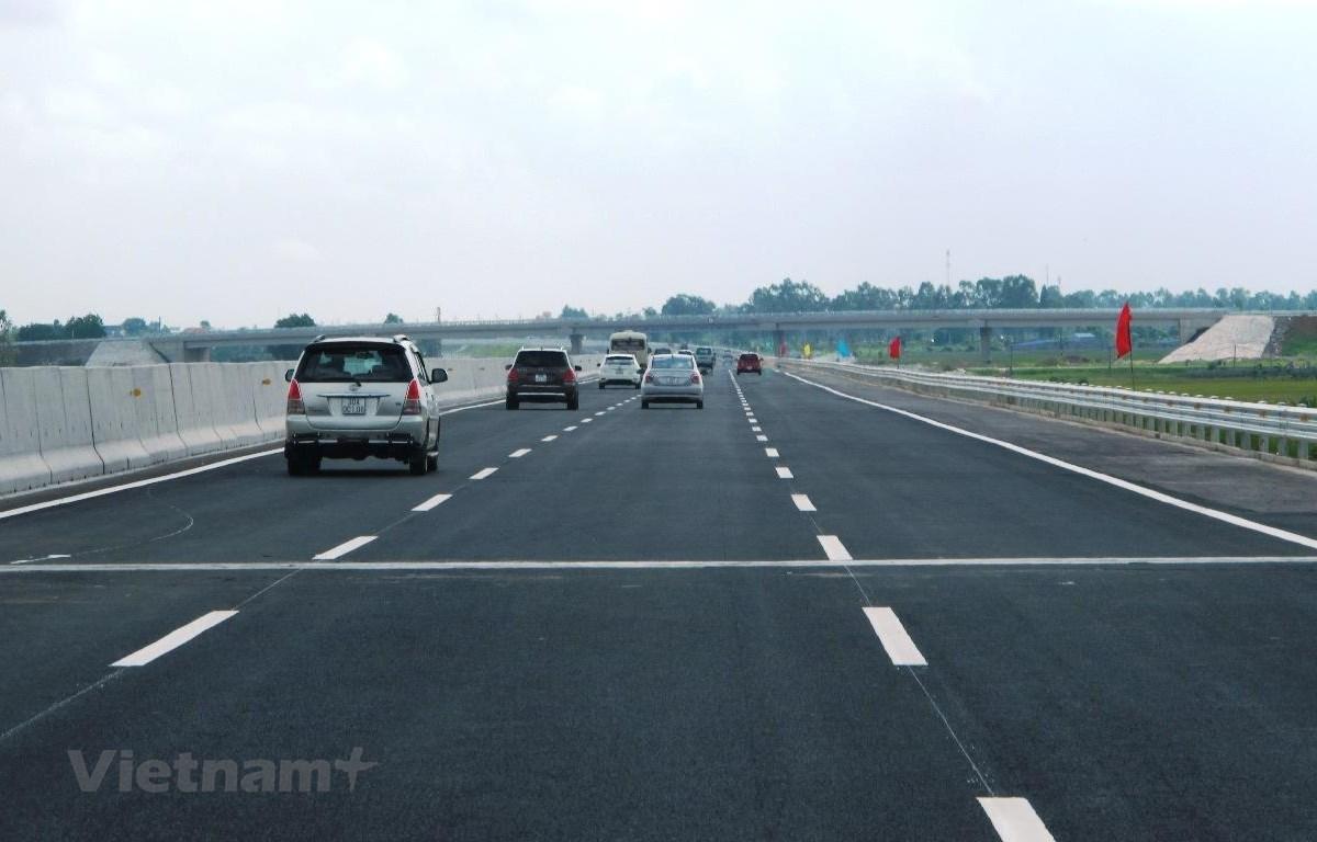 Phương tiện lưu thông trên đoạn tuyến cao tốc. (Ảnh: Việt Hùng/Vietnam+)