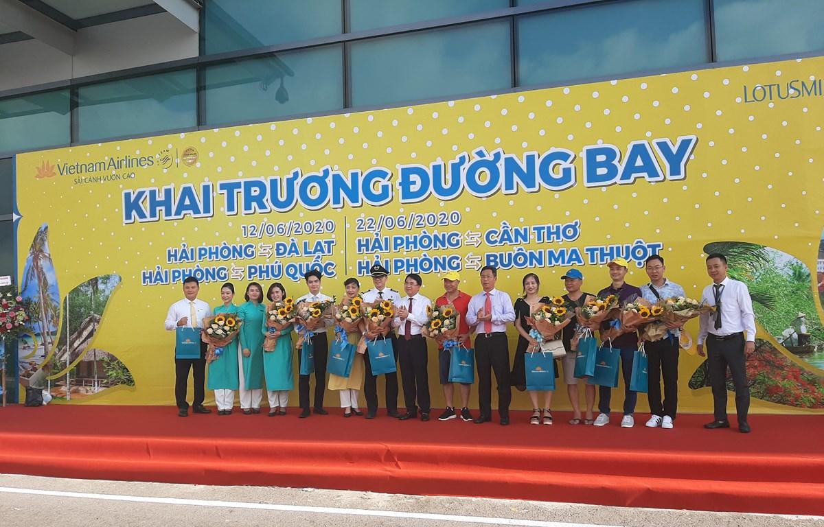 Tặng hoa cho những hành khách đầu tiên và tổ bay trên chuyến bay Hải Phòng-Phú Quốc của Vietnam Airlines. (Ảnh: Việt Hùng/Vietnam+)