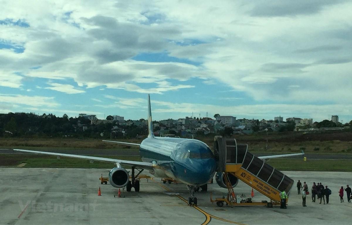 Hành khách xuống cầu thang máy bay Vietnam Airlines. (Ảnh: Việt Hùng/Vietnam+)