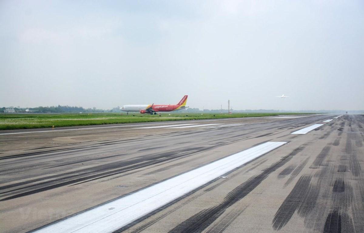 Một đường cất hạ cánh sân bay quốc tế Nội Bài sẽ được đóng để cải tạo, nâng cấp sửa chữa những hư hỏng. (Ảnh: Việt Hùng/Vietnam+)