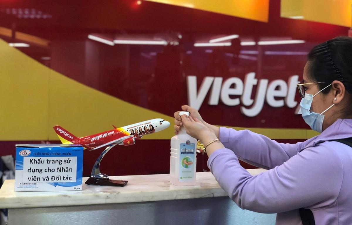 Hành khách đi các chuyến bay của hãng hàng không Vietjet thực hiện đầy đủ các quy trình về phòng chống dịch COVID-19. (Ảnh: T.T)