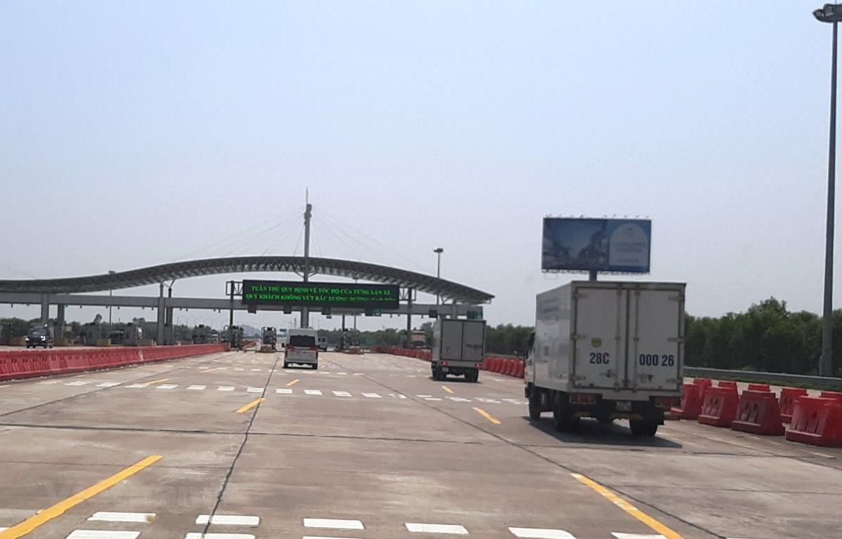 Phương tiện bắt đầu đi vào trạm thu phí trên tuyến cao tốc Hà Nội-Hải Phòng. (Ảnh: Việt Hùng/Vietnam+)