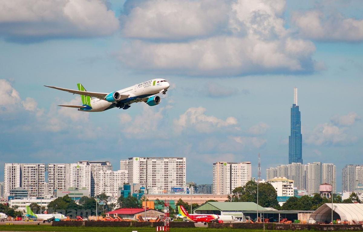 Máy bay của hãng hàng không Bamboo Airways và Vietjet Air. (Ảnh: Hoài Thu/Vietnam+)
