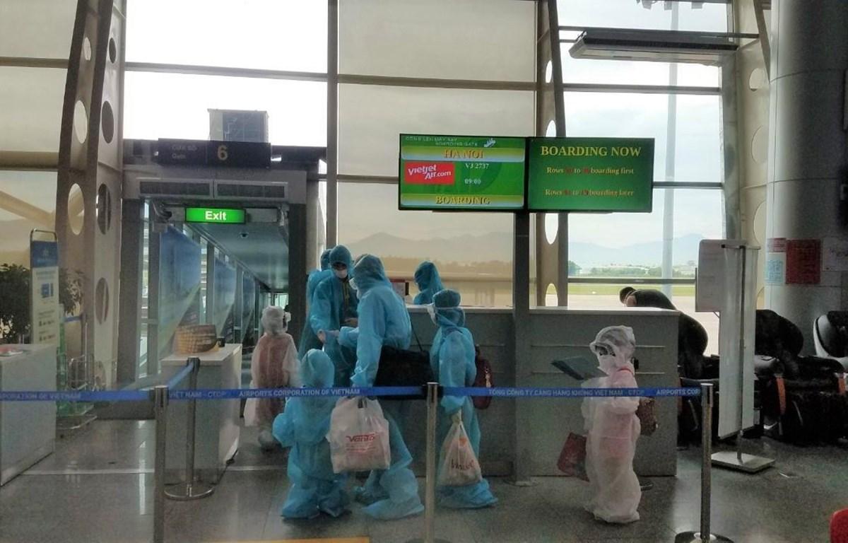 Những hành khách mắc kẹt ở Đà Nẵng do dịch COVID-19 đã được hãng hàng không Vietjet thực hiện chuyến bay đưa về Hà Nội. (Ảnh: T.T)