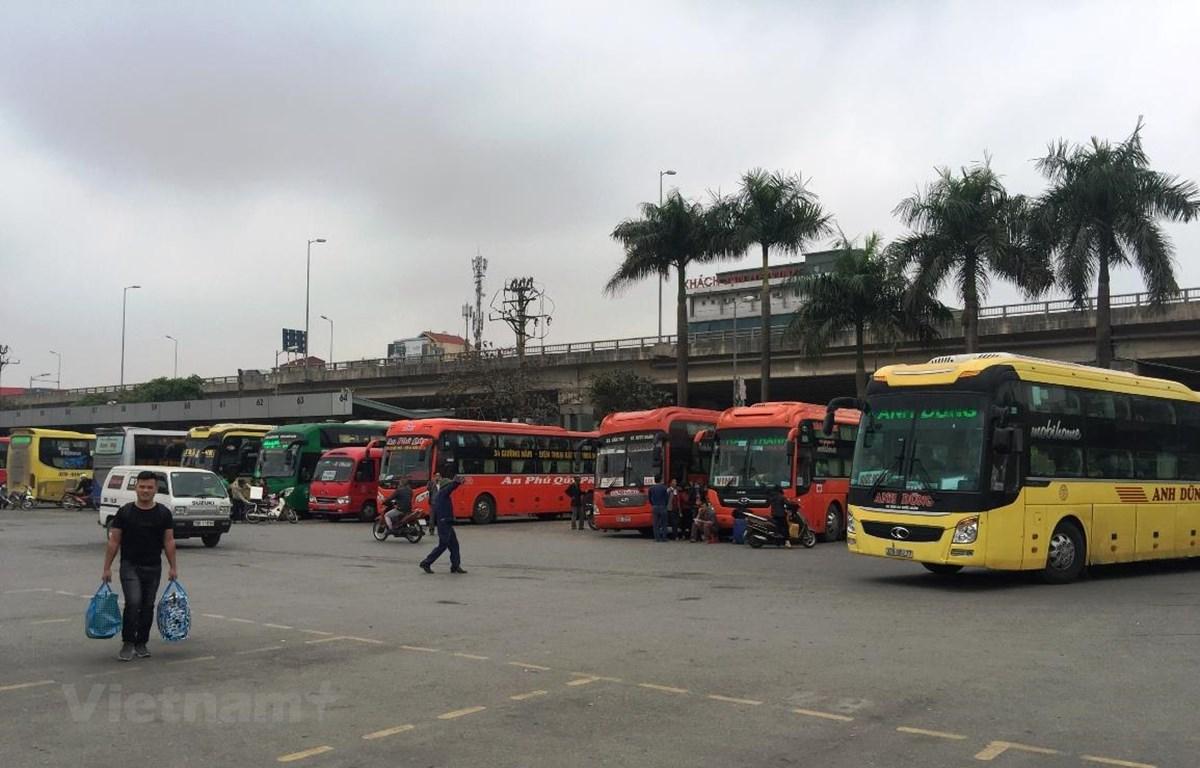 Xe khách xếp hàng dài tại bến xe Nước Ngầm. (Ảnh: Việt Hùng/Vietnam+)