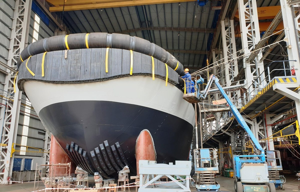 Đóng tàu là nghề nặng nhọc trong khi mức lương lại chưa cao và vấp phải sự cạnh tranh từ bên ngoài dẫn đến việc khó giữ chân người lao động . (Ảnh: Việt Hùng/Vietnam+)