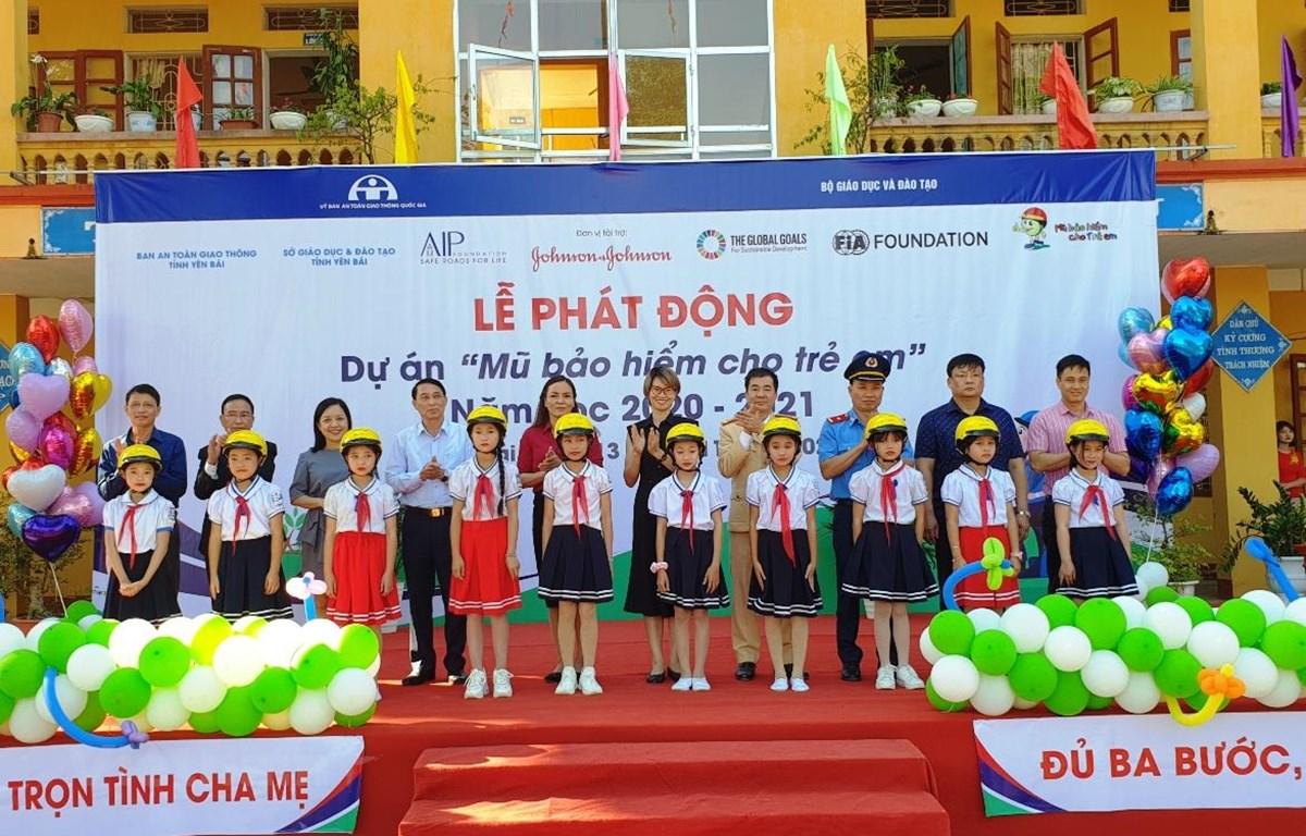 """Trong năm 2020, dự án """"Mũ bảo hiểm cho em"""" sẽ trao tặng hơn 5.700 mũ bảo hiểm cho học sinh và giáo viên. (Ảnh: Việt Hùng/Vietnam+)"""