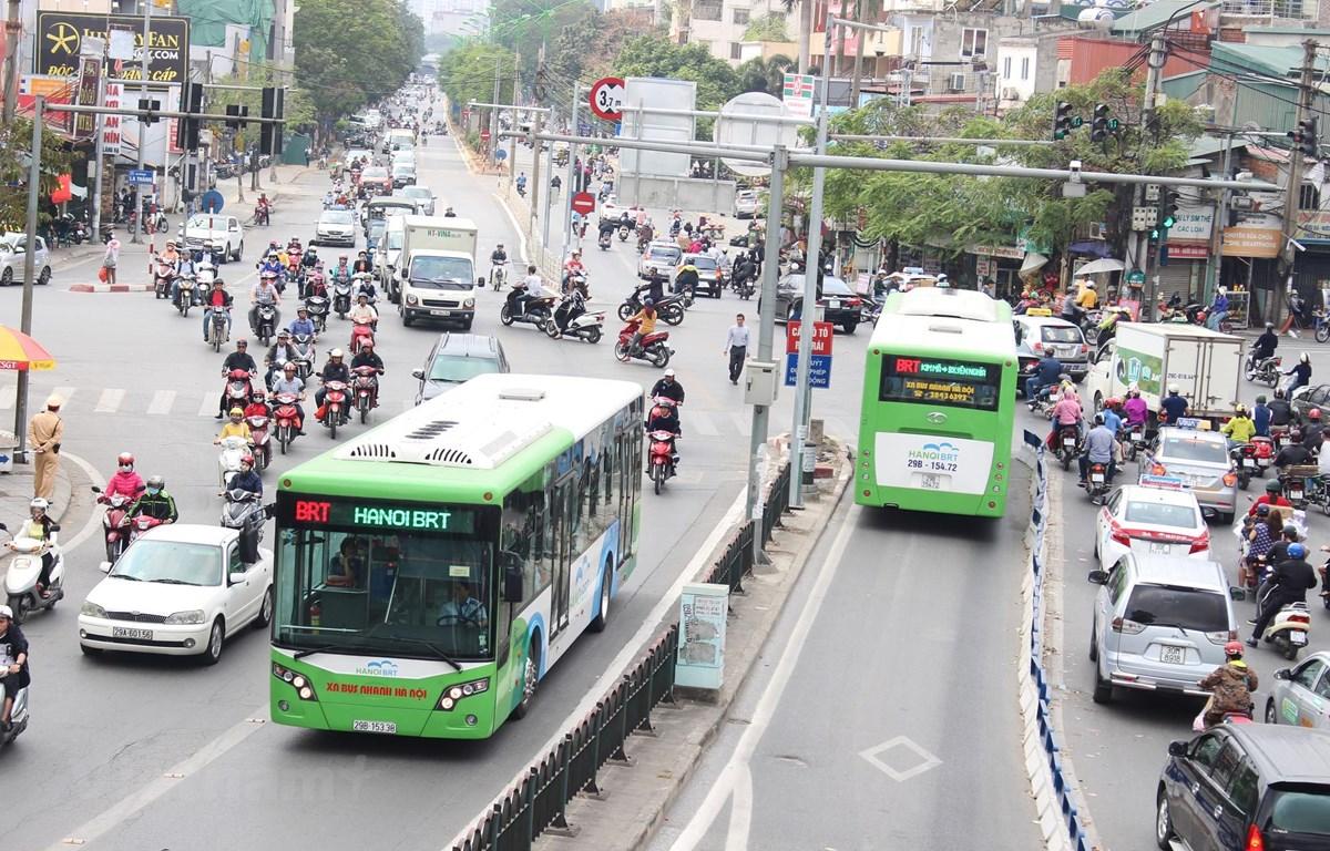 Xe buýt nhanh BRT đã phát huy hiệu quả về thời gian, tần suất và lưu lượng người dân lựa chọn làm phương tiện đi lại. (Ảnh: Vietnam+)