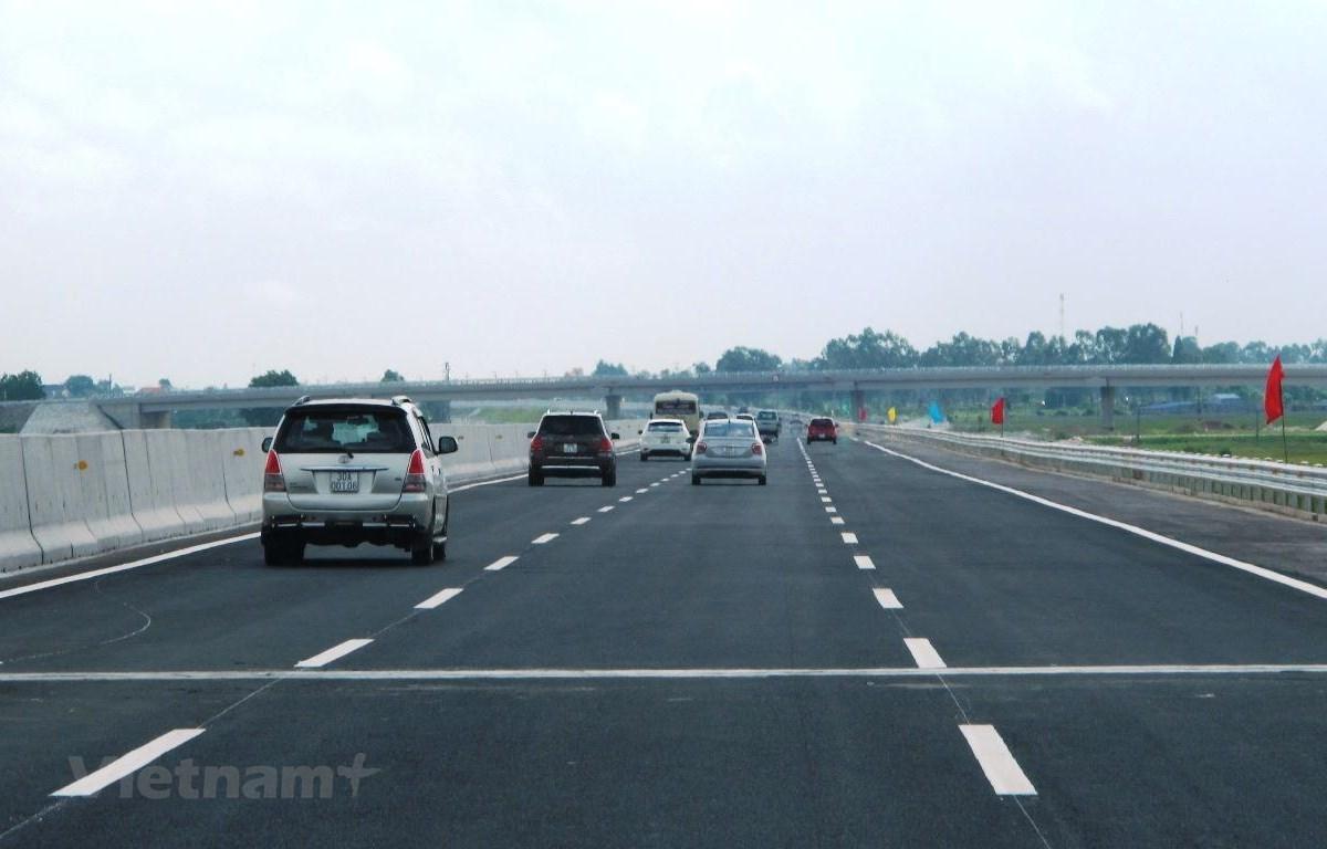 Phương tiện lưu thông trên đoạn tuyến cao tốc đã được đưa vào khai thác. (Ảnh: Việt Hùng/Vietnam+)