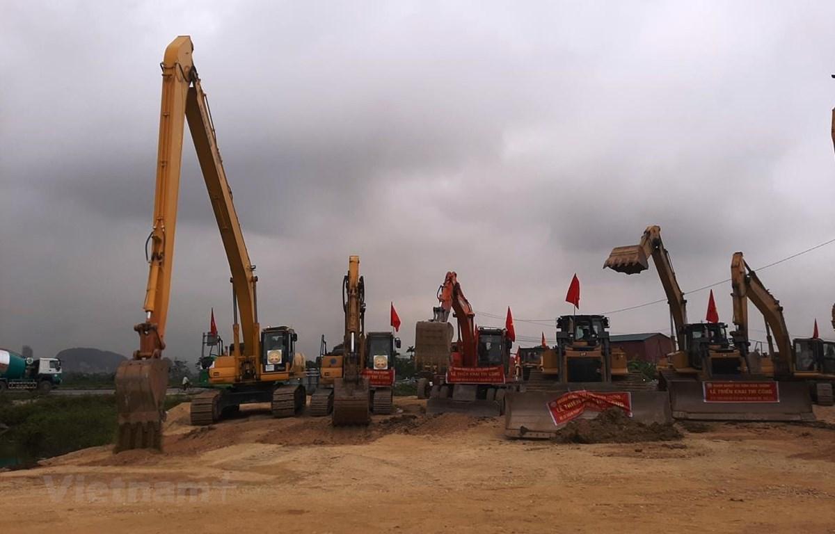 Huy động máy móc triển khai thi công đoạn tuyến cao tốc Mai Sơn-Quốc lộ 45. (Ảnh: Việt Hùng/Vietnam+)