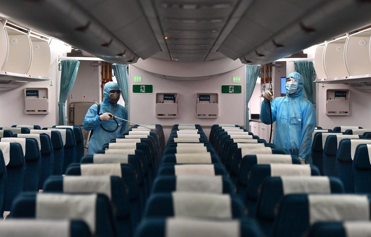 Vietnam Airlines đã thực hiện nghiêm phun khử trùng khoang khách, tập trung các vị trí hành khách tiếp xúc nhiều như ngăn hành lý, ghế ngồi… (Ảnh: CTV/Vietnam+)