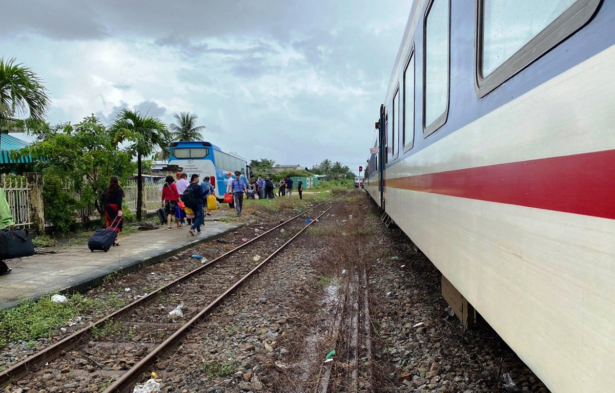 Ngành đường sắt chuyển tải hành khách đi tàu bằng ôtô do mưa lũ làm gián đoạn hoạt động chạy tàu Bắc-Nam. (Nguồn ảnh: Đường sắt Việt Nam)