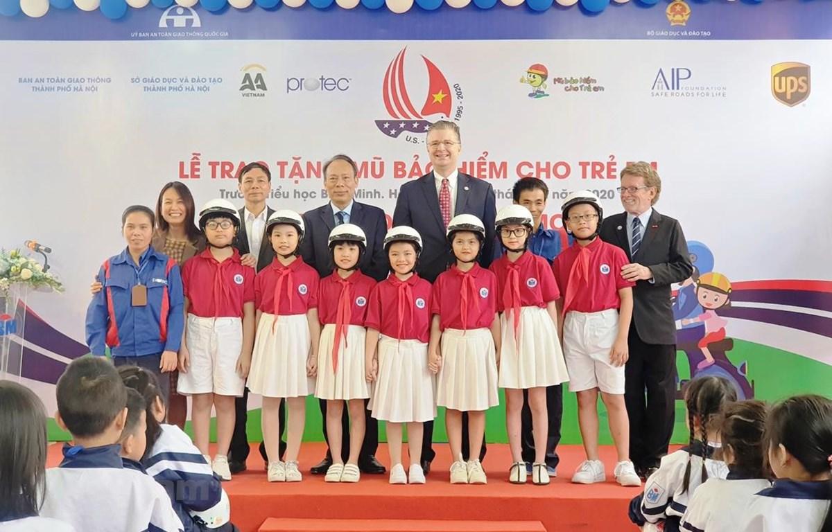 Trao tặng 400 mũ bảo hiểm chất lượng cho học sinh khuyết tật Trường Tiểu học Bình Minh. (Ảnh: Việt Hùng/Vietnam+)a