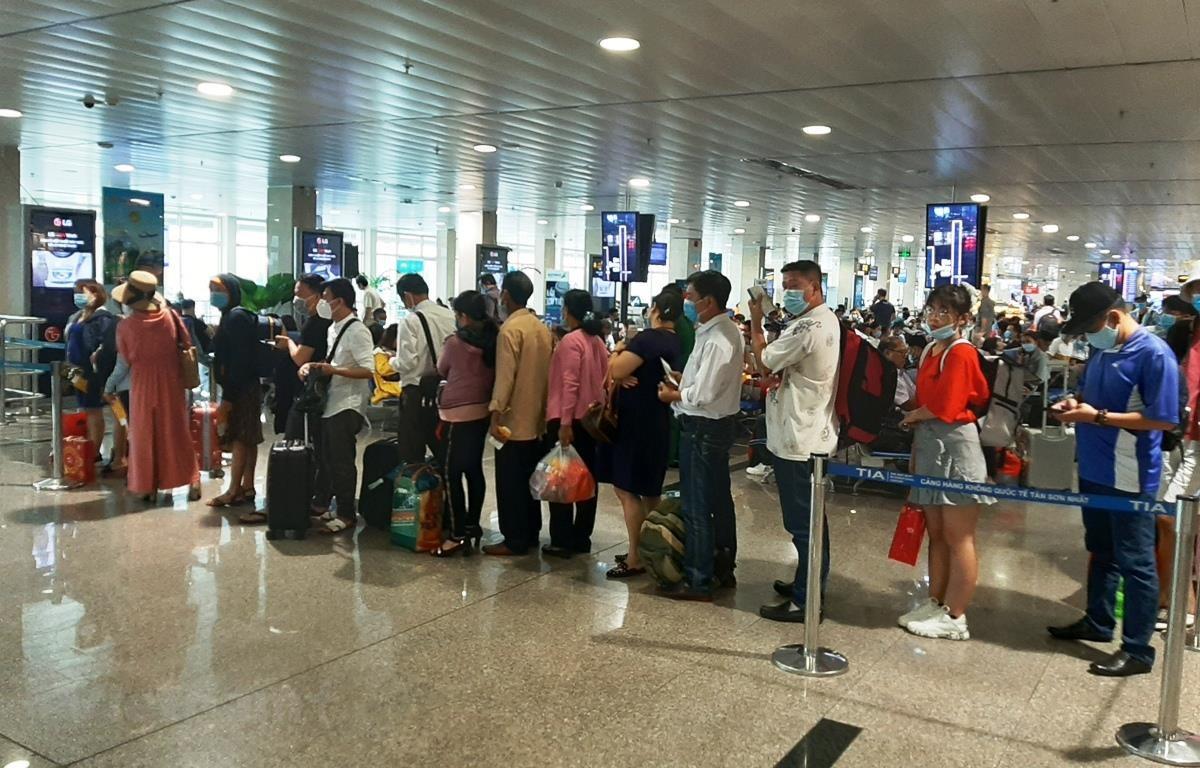 Hành khách làm thủ tục lên chuyến bay tại sân bay Tân Sơn Nhất. (Ảnh: Việt Hùng/Vietnam+)