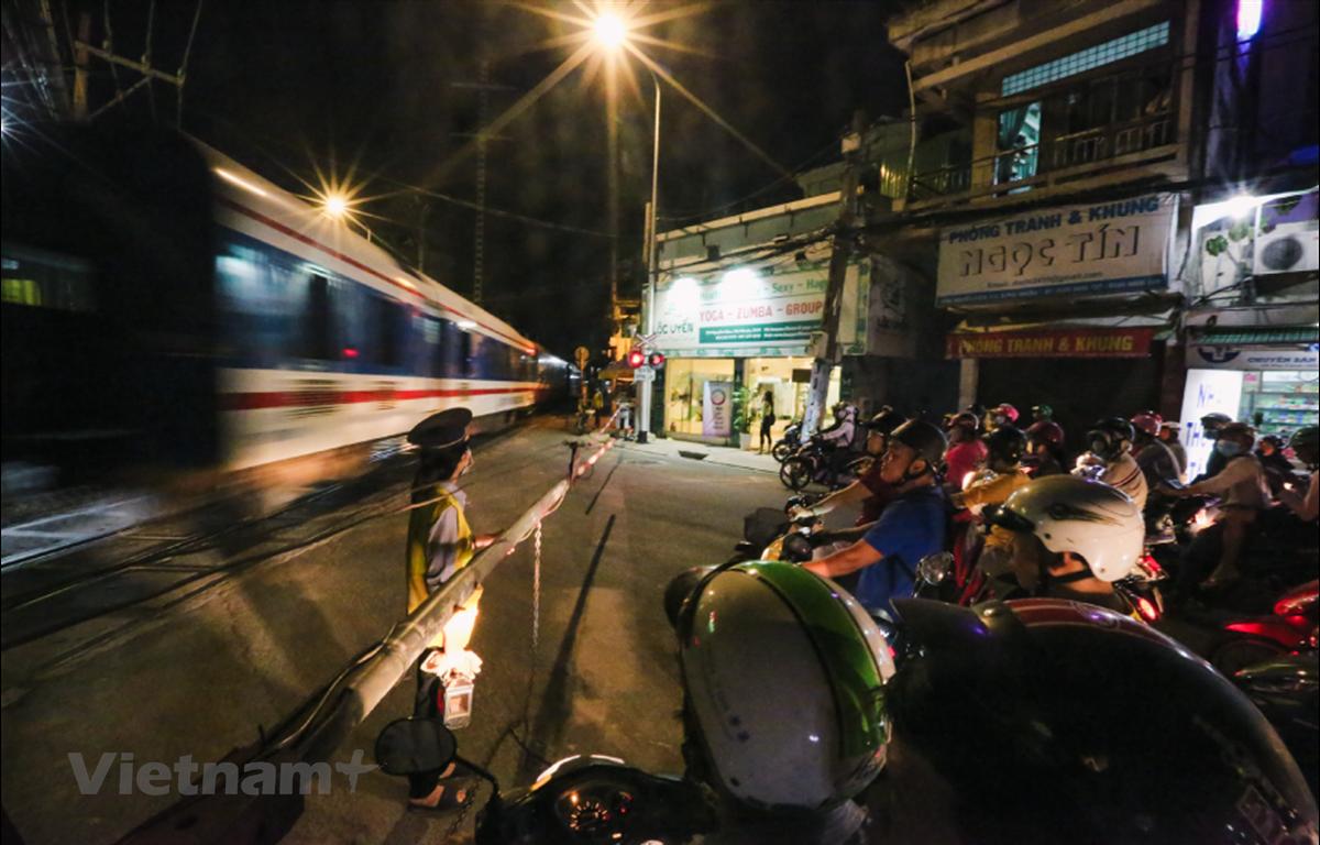 Công nhân ngành đường sắt đang trông ngóng tiền thưởng Tết và hy vọng năm tới doanh nghiệp sẽ bớt khó khăn. (Ảnh: Minh Sơn/Vietnam+)