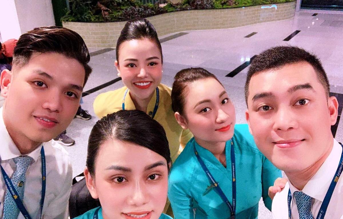 Tiếp viên trưởng Trần Thị Phương Ly (người mặc áo vàng) của hãng hàng không Vietnam Airlines. (Ảnh: CTV/Vietnam+)