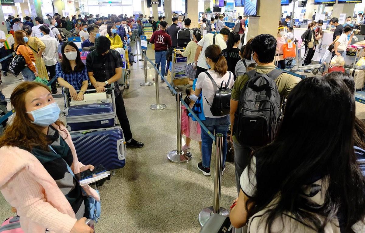 Những ngày qua, hàng khách đến sân bay Tân Sơn Nhất đi máy bay ngày một đông hơn (Ảnh: CTV/Vietnam+)